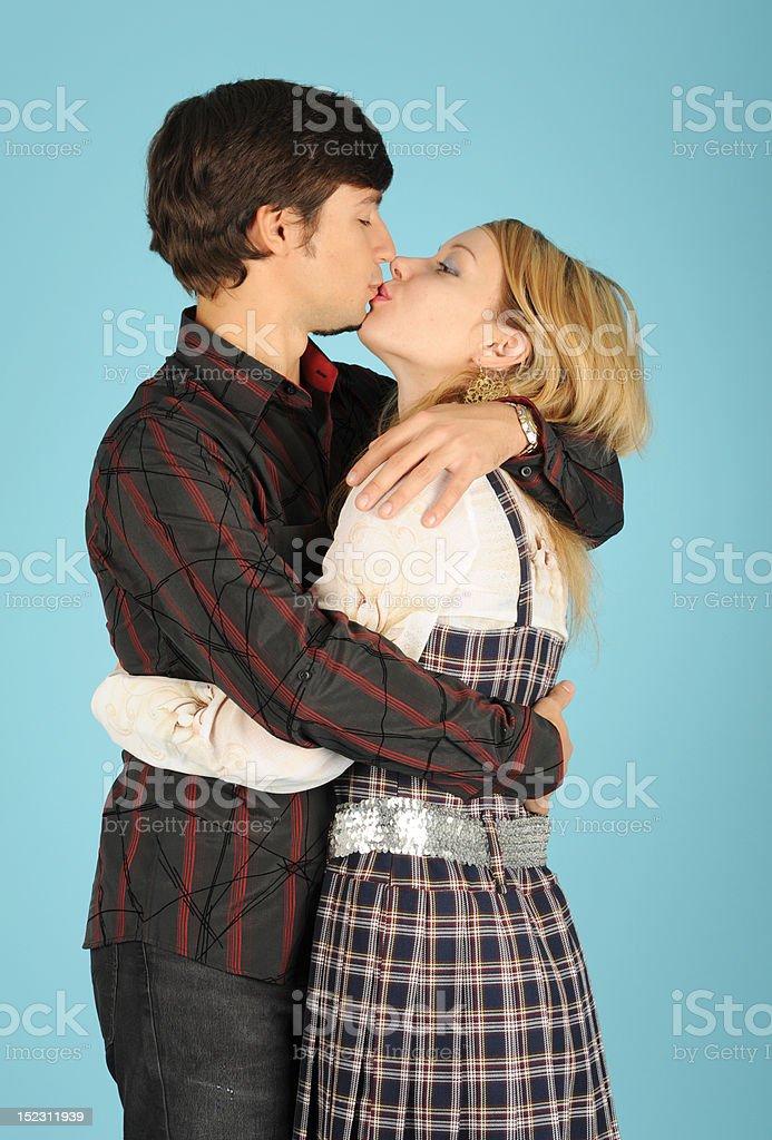 Embrasser couple amoureux photo libre de droits