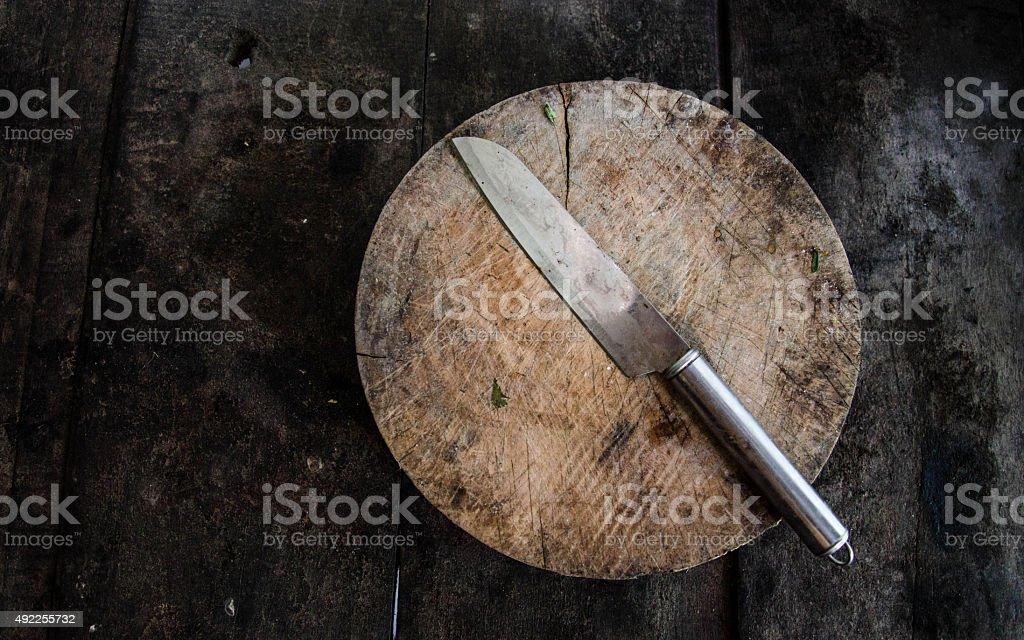 Cuchillo de cocina en un corte de madera antiguo foto de stock libre de derechos
