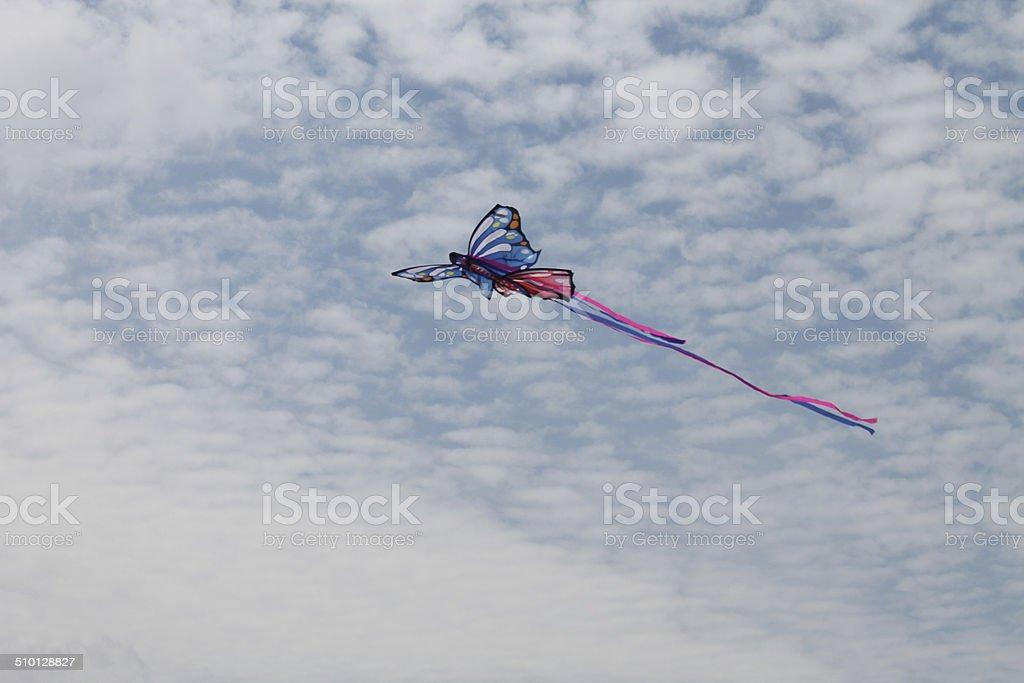 Cometa vuela el cielo azul stock photo