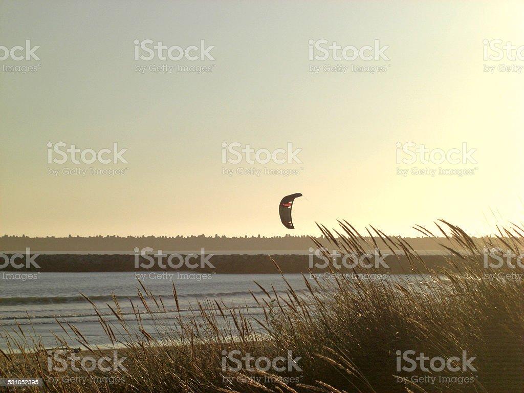 Kite surf ao pôr do sol foto de stock royalty-free