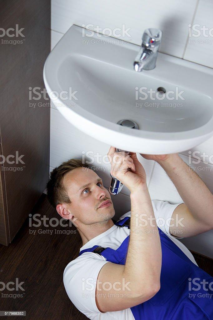 klempner repariert waschbecken stock photo