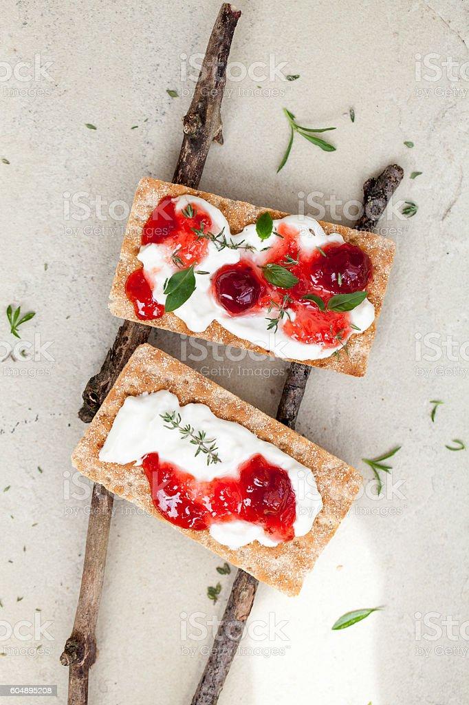 Knäckebrot mit Kirschenmarmelade stock photo