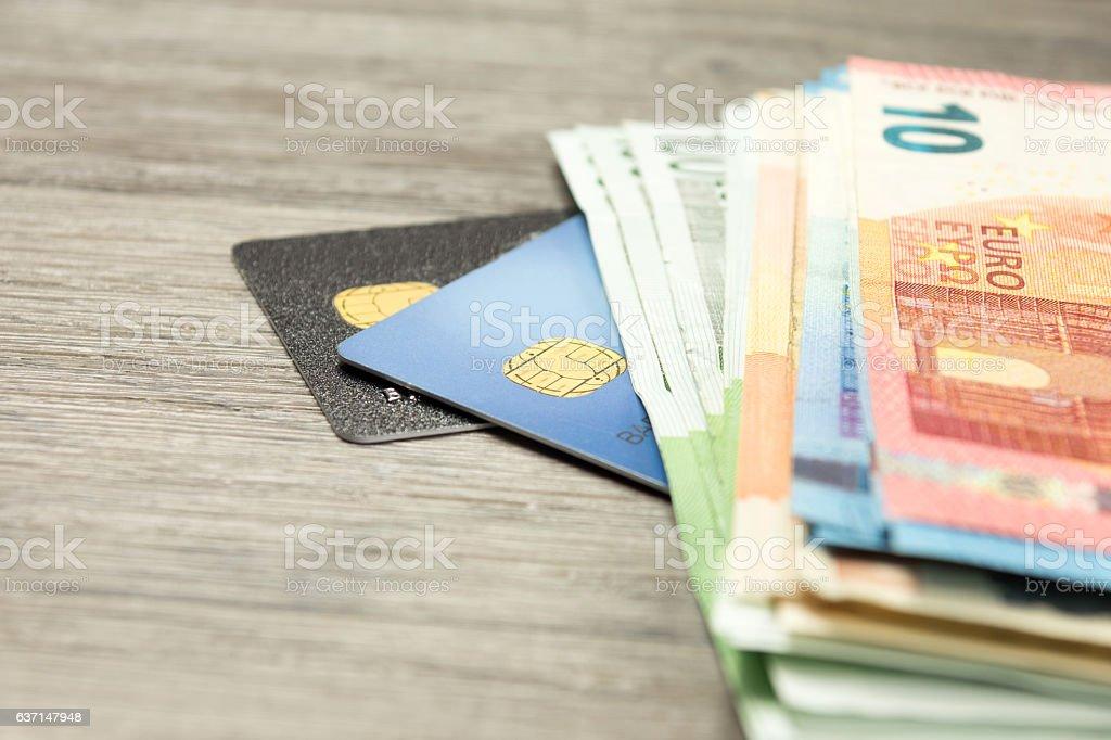 Kreditkarten und Bargeld stock photo