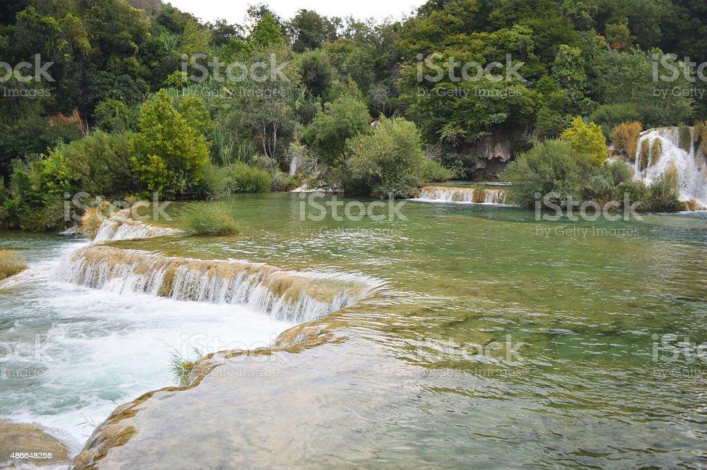krka park lago pequeño y cascada en Croacia foto de stock libre de derechos
