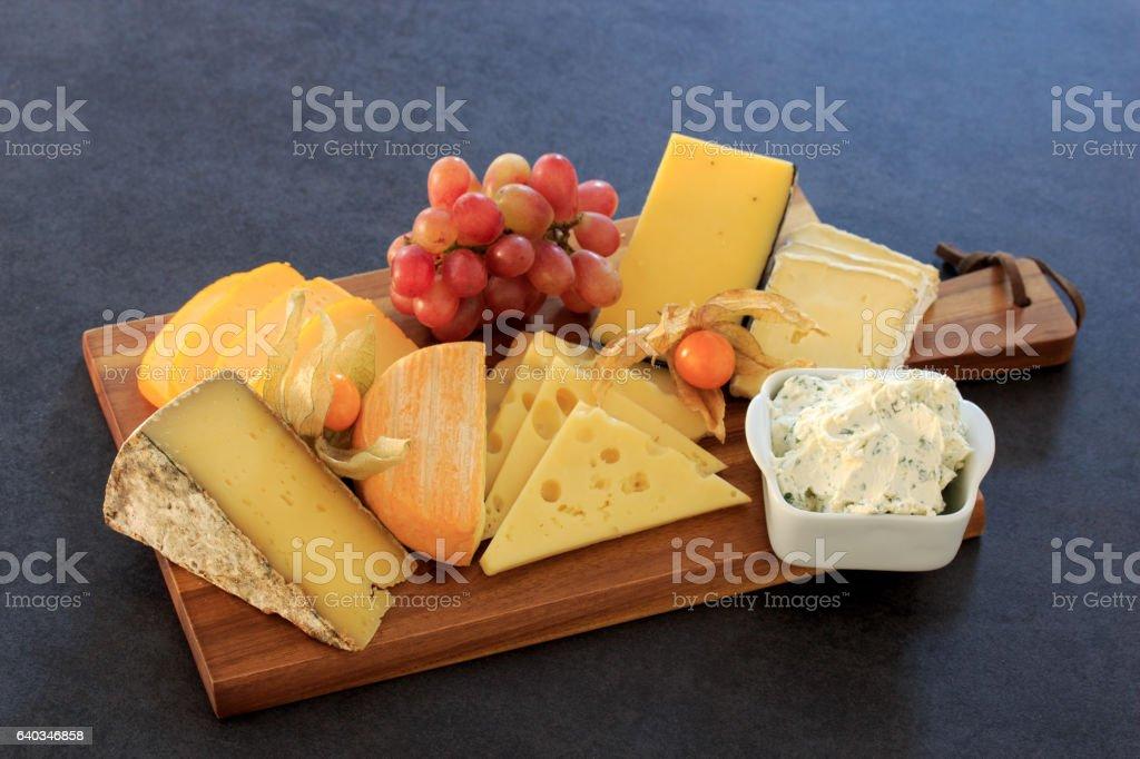 Käseplatte mit Trauben und Brot stock photo