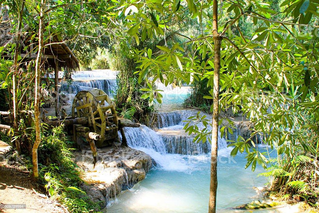 Chutes de Kuang Si des terrasses avec moulin à eau photo libre de droits