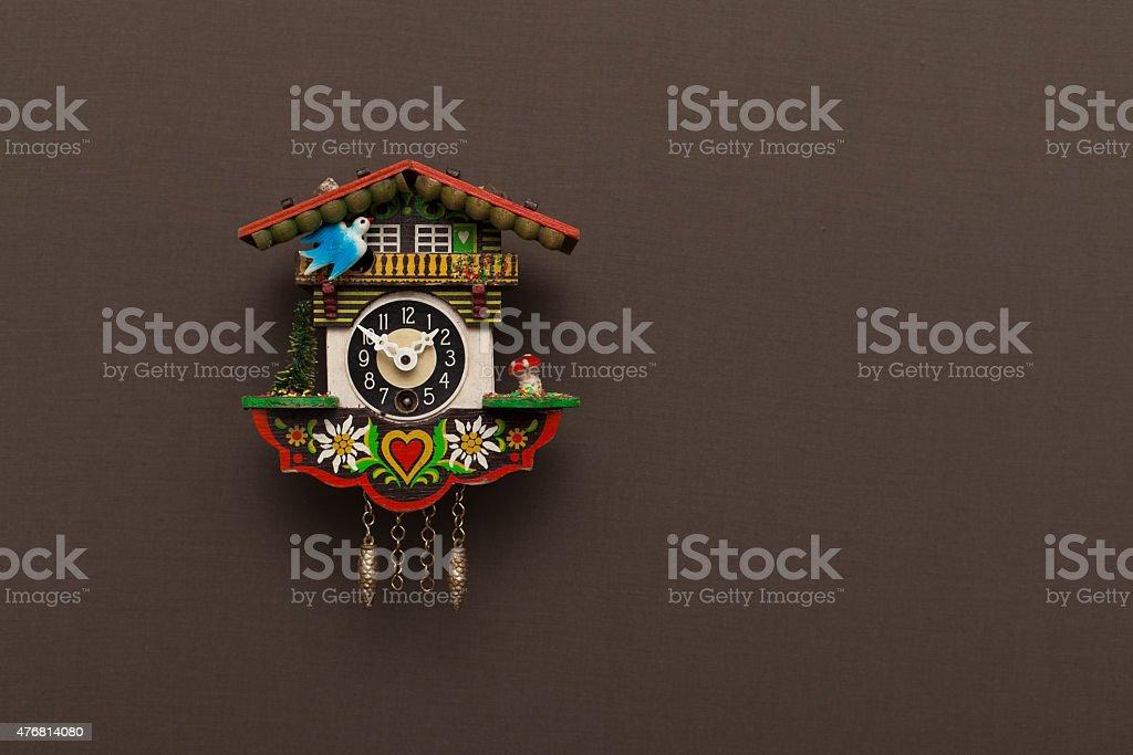 Kuckucksuhr auf braunem Hintergrund stock photo