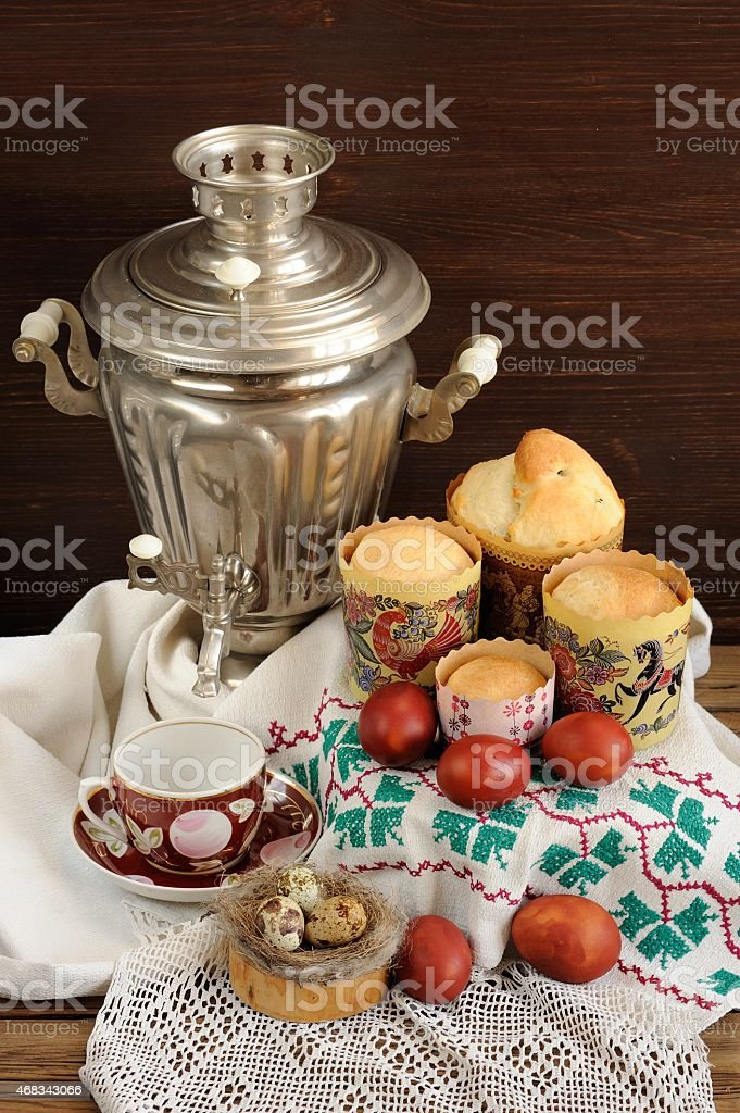 Kulichi, traditional Russian easter cakes with samovar, dyed egg stock photo