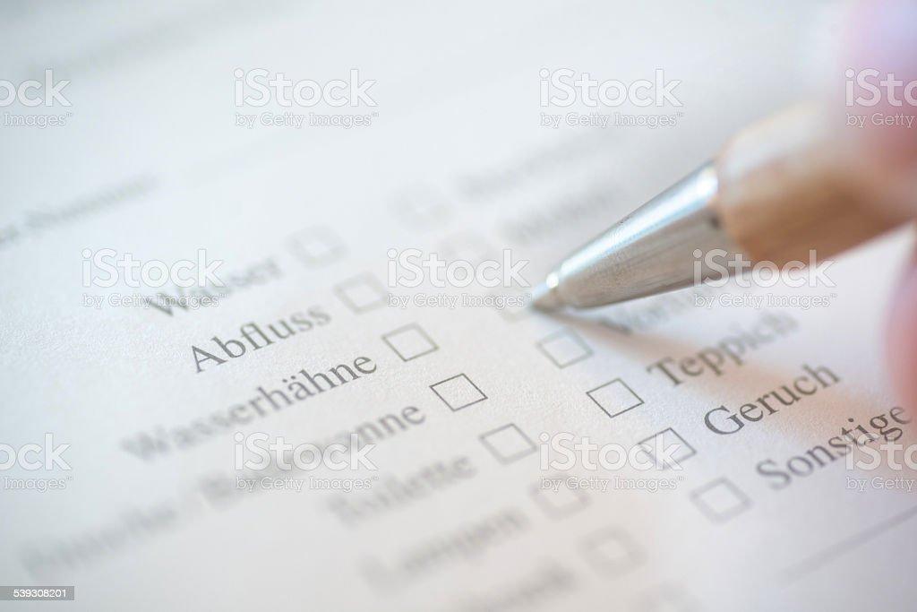 Kundenumfrage zur Reperatur auf deutsch mit Stift stock photo