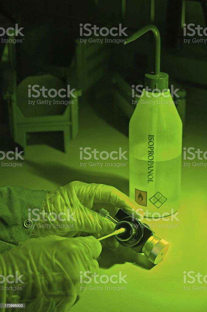 Tecnico di laboratorio sotto luce verde foto stock royalty-free