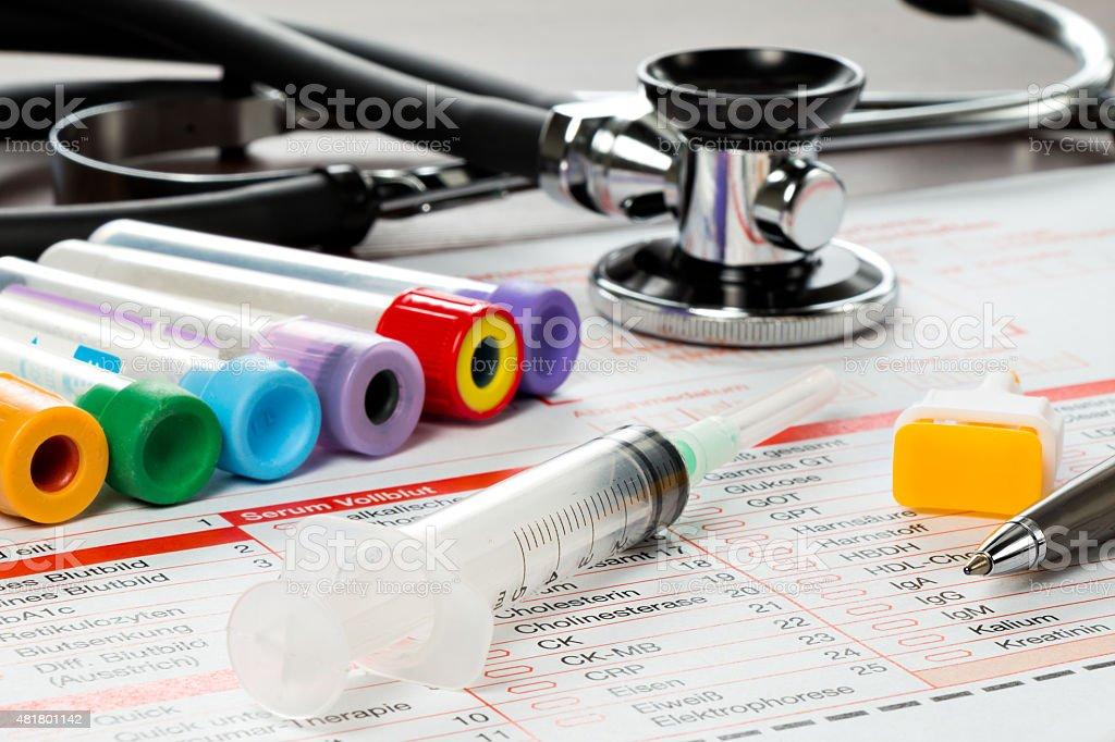 Laborzettel und Utensilien für die Blut Untersuchung stock photo