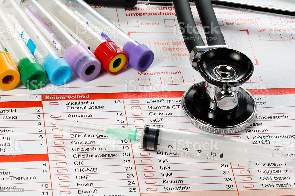 Laborzettel und Utensilien f?r die Blut Untersuchung stock photo