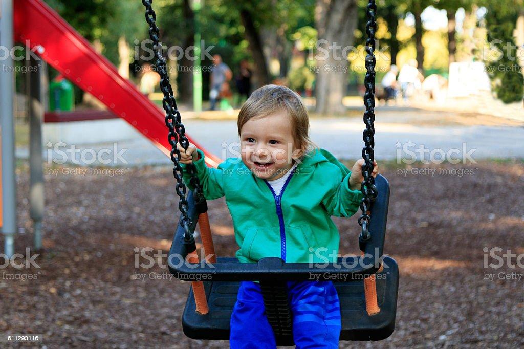 Lachendes Kleinkind im Park stock photo