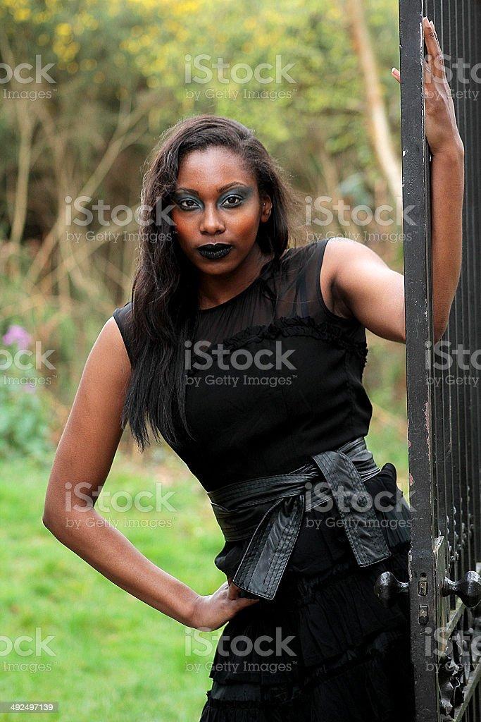 Donna in nero con porta foto stock royalty-free