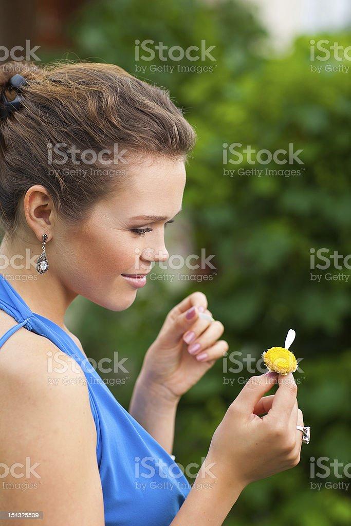 lady avec Camomille photo libre de droits