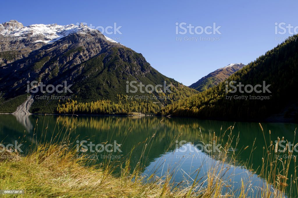 Lago di Livigno in autunno - Livigno lake in autumn stock photo