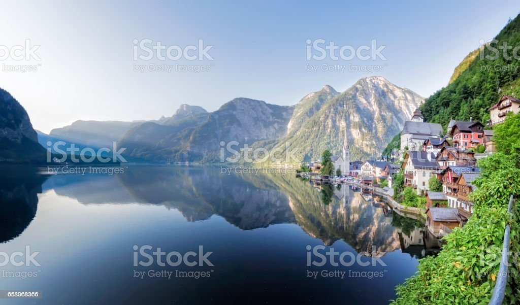 Lakeside Village of Hallstatt in Österreich stock photo