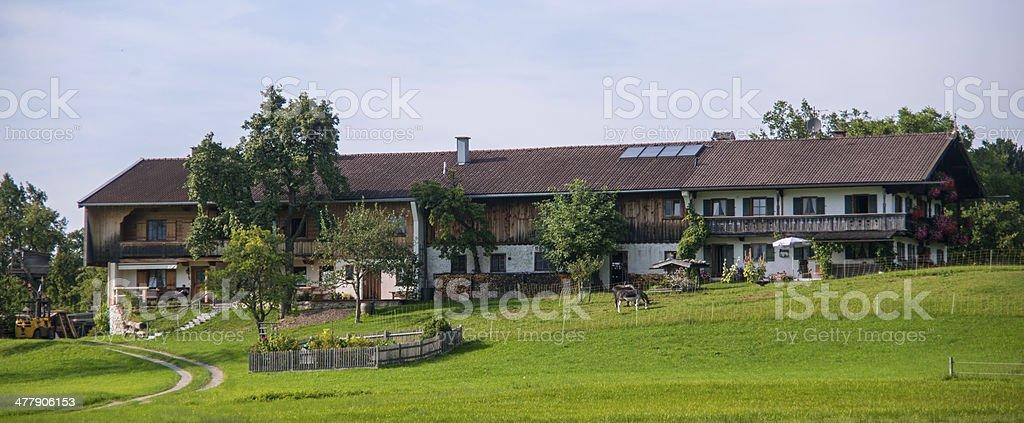 Landhotel langes bayerisches Haus mit Wiese royalty-free stock photo