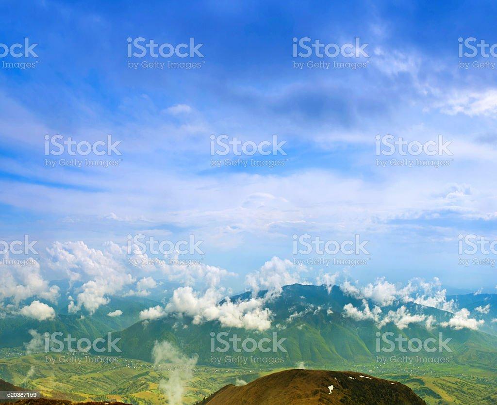 Paysage avec les nuages et les montagnes, ciel bleu et le village. Carpathi photo libre de droits