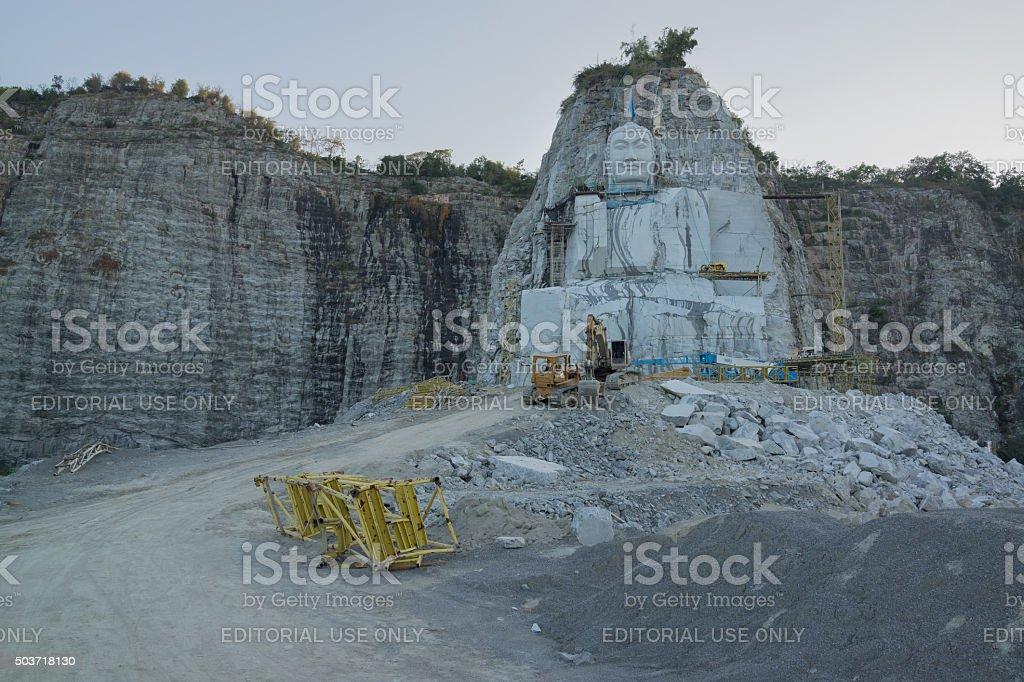 La grande statue de Bouddha sculptées dans la falaise photo libre de droits