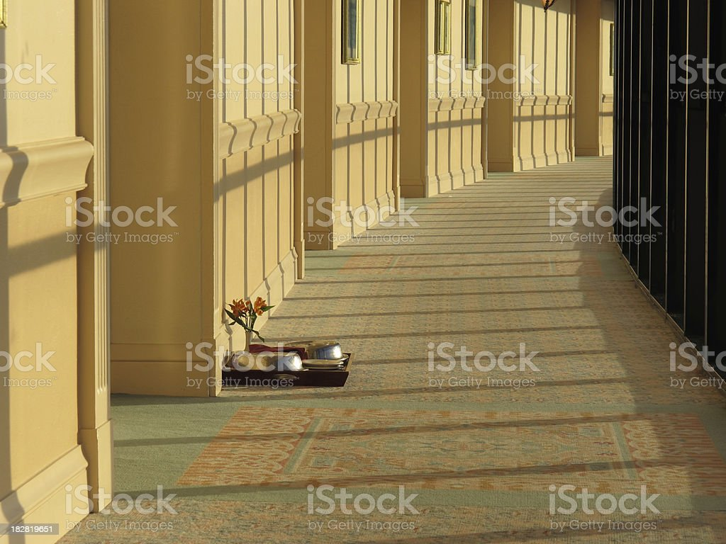 Nuit de lune de miel romantique le Service de chambre ou petit déjeuner au lit photo libre de droits