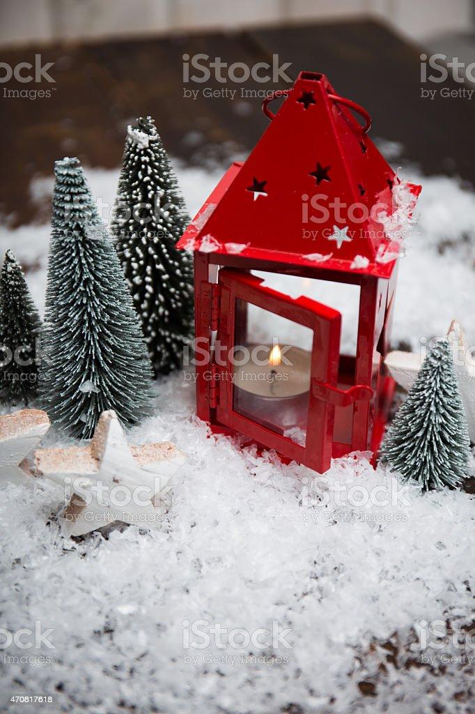Laterne mit Weihnachtsdeko stock photo