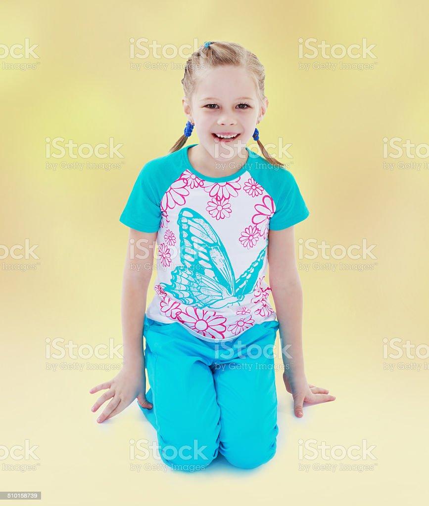 Rire fille se dresse sur sa longueur. photo libre de droits