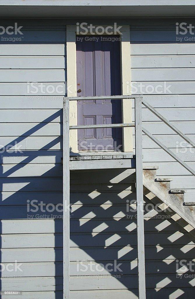 Lavande porte, les escaliers extérieurs et les ombres photo libre de droits