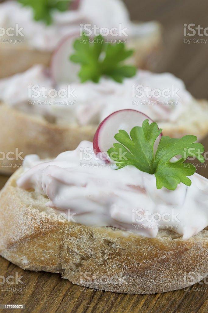 leckere fleischsalat happen stock photo