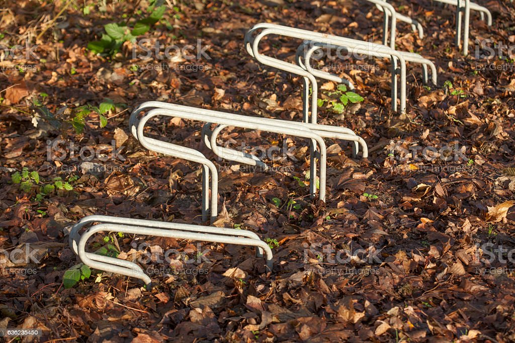 Leere Fahrradständer aus Metall stock photo