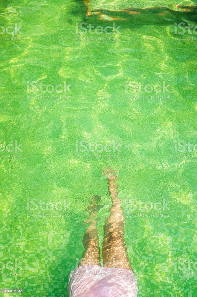 Jambes d'une femme en lingerie Rose sous-marine photo libre de droits