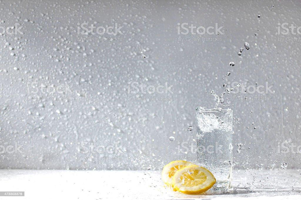Gotas de agua de limón foto de stock libre de derechos
