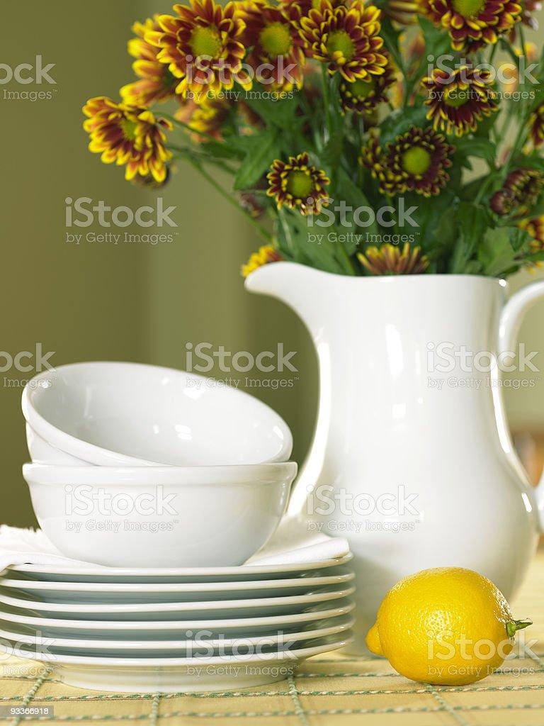 Citron avec des assiettes et de fleurs photo libre de droits