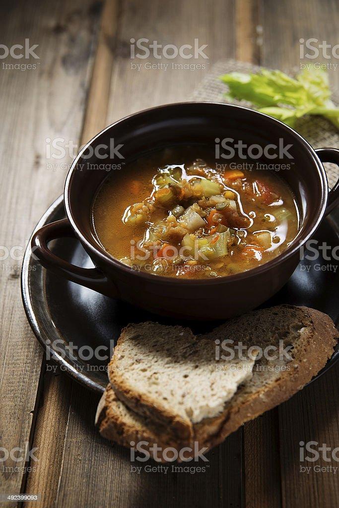 Sopa de legumes e lentilhas foto royalty-free