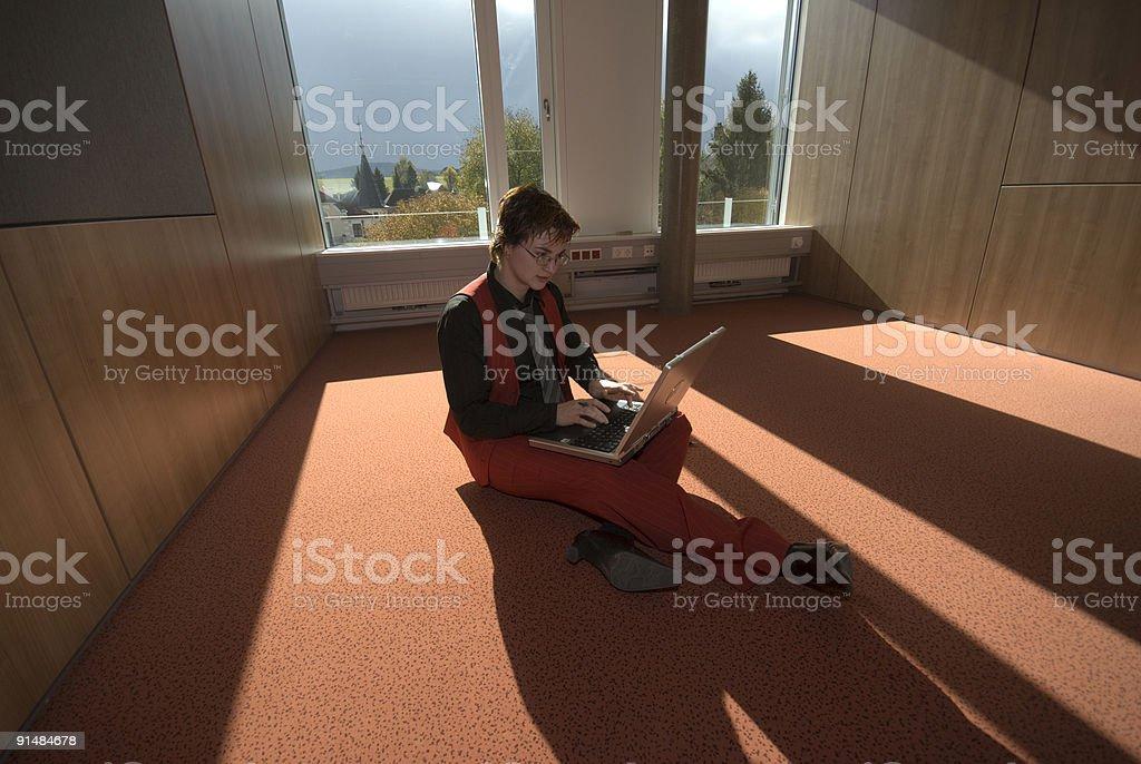 lernen am Teppichboden stock photo