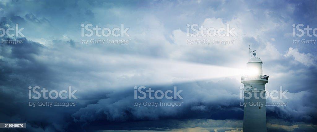 Casa e mau tempo em segundo plano - fotografia de stock