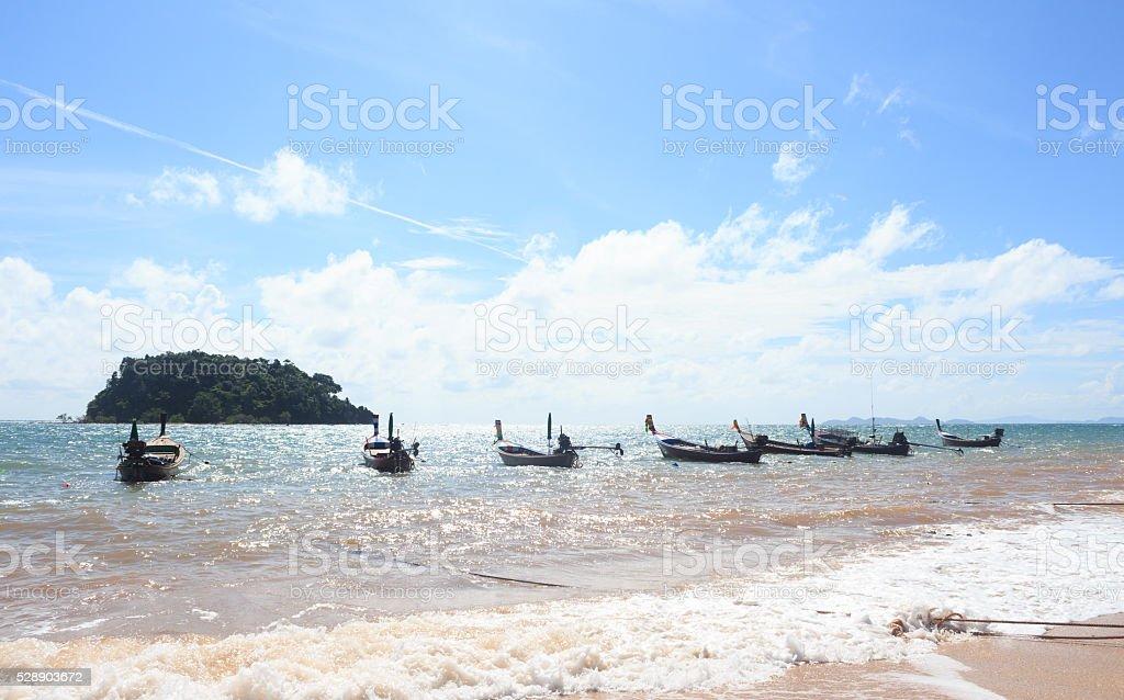 Линия организовать лодка на пляже острова в солнечный голубое небо Стоковые фото Стоковая фотография