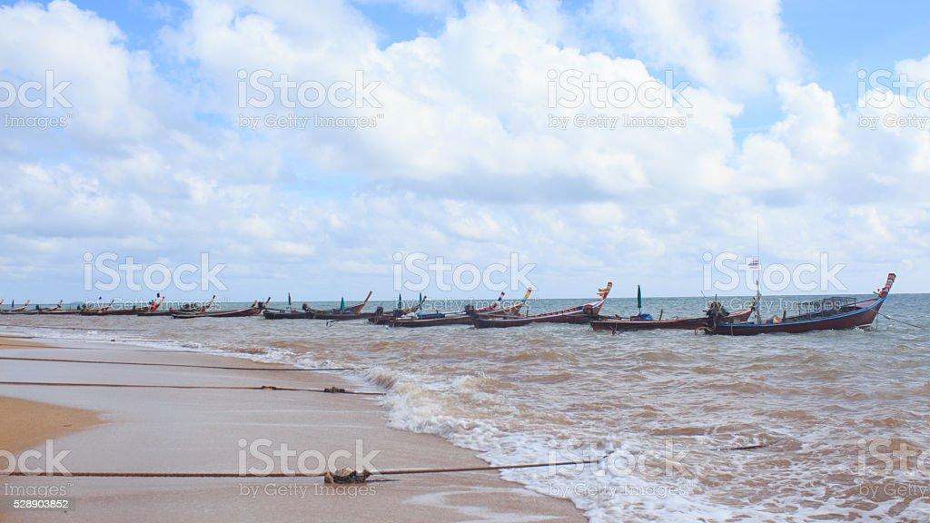 Линия организовать рыбацкой лодке с веревкой, пляж голубое небо Стоковые фото Стоковая фотография