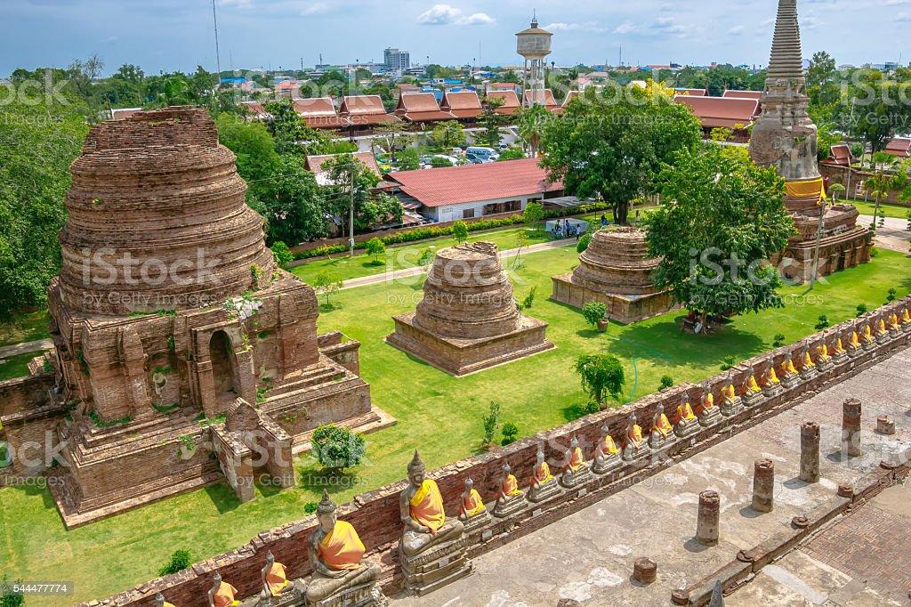 Line of buddha statue in Wat Yai Chaimongkol , Ayutthaya , Thail foto royalty-free