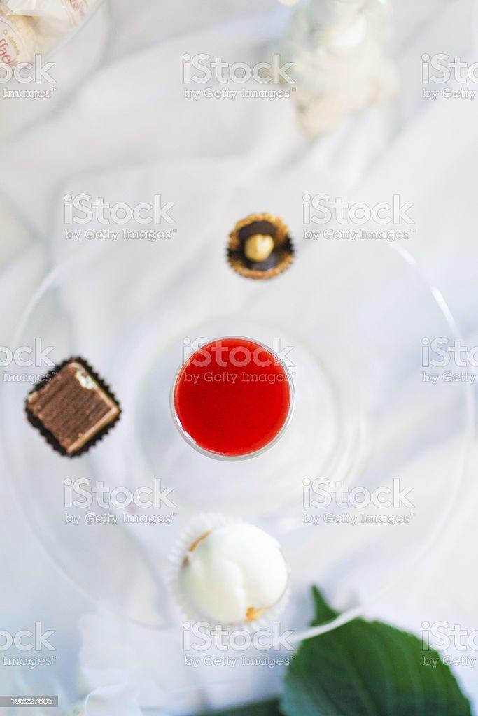 Spirituosen und Süßigkeiten auf einer Platte Lizenzfreies stock-foto