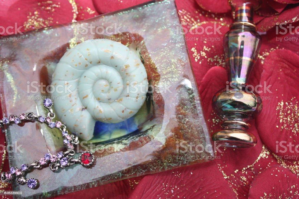 Lit de pétales de roses rouges - Sauna Hammam au féminin stock photo