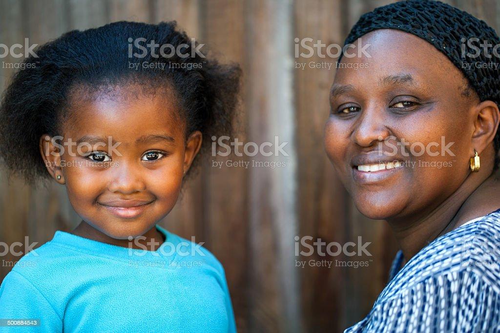 Petite fille et mère de l'Afrique. photo libre de droits