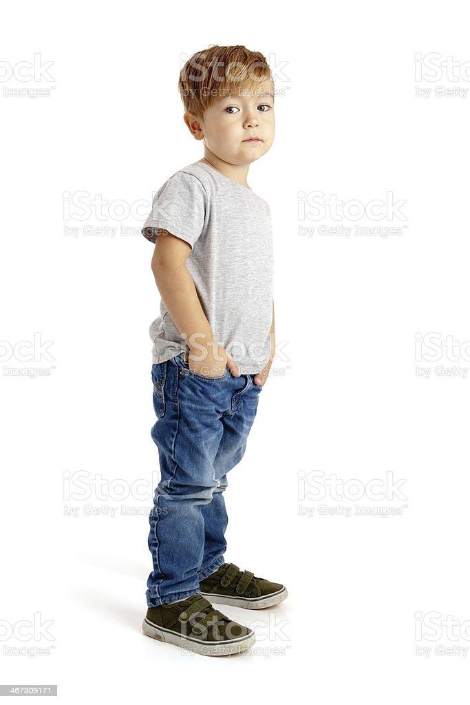 Kleine Junge auf weißem Hintergrund mit Hände in den Taschen – Foto