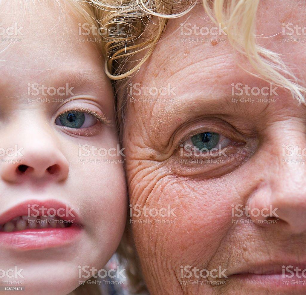 Kleines Mädchen und Senior Frau mit Gesichter durch zusammen Lizenzfreies stock-foto