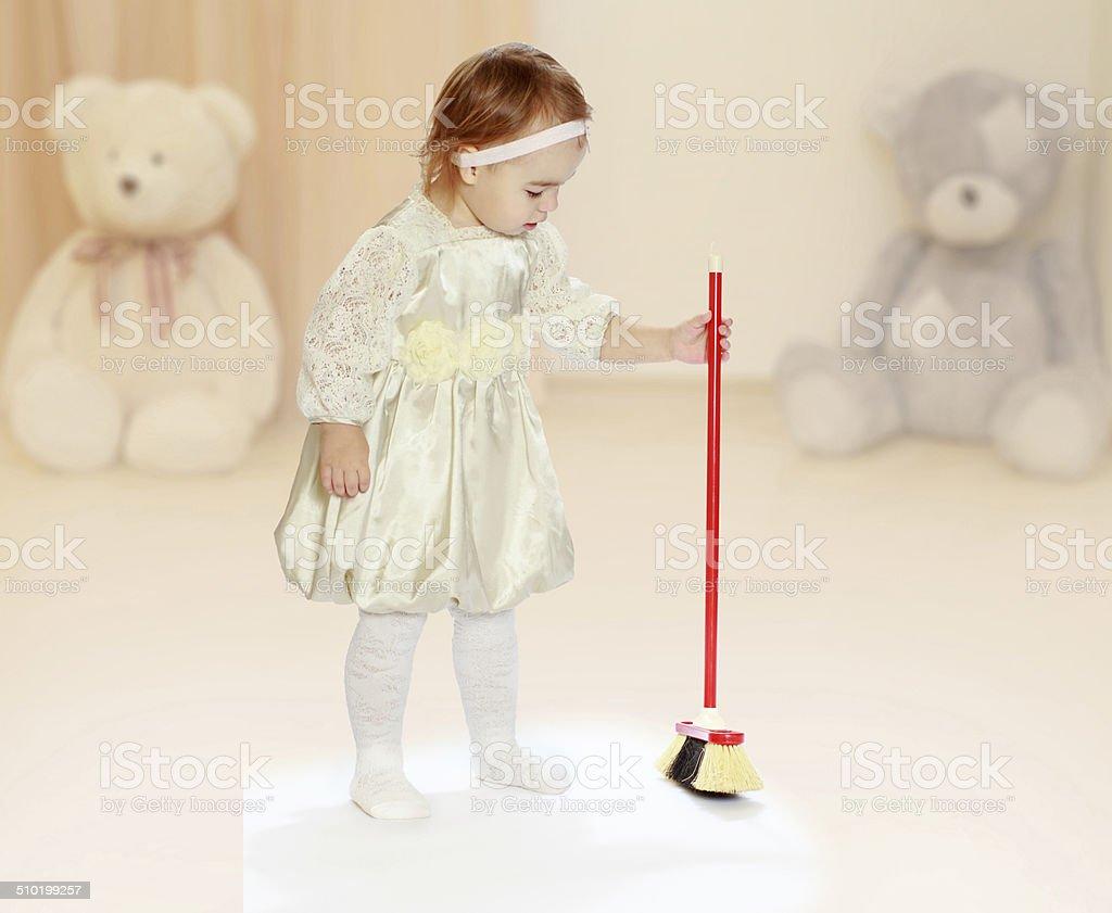 Petite fille se brosser cleans photo libre de droits
