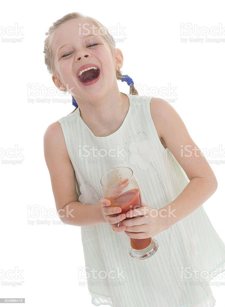 Petite fille boissons savoureux jus de tomate rouge photo libre de droits