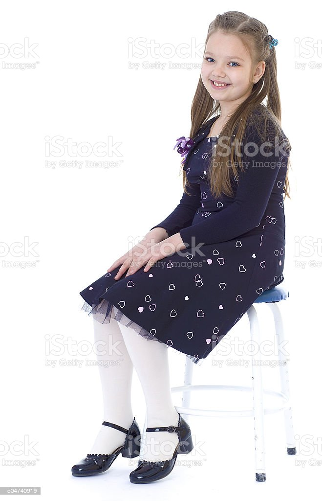 Petite fille dans une robe noire photo libre de droits