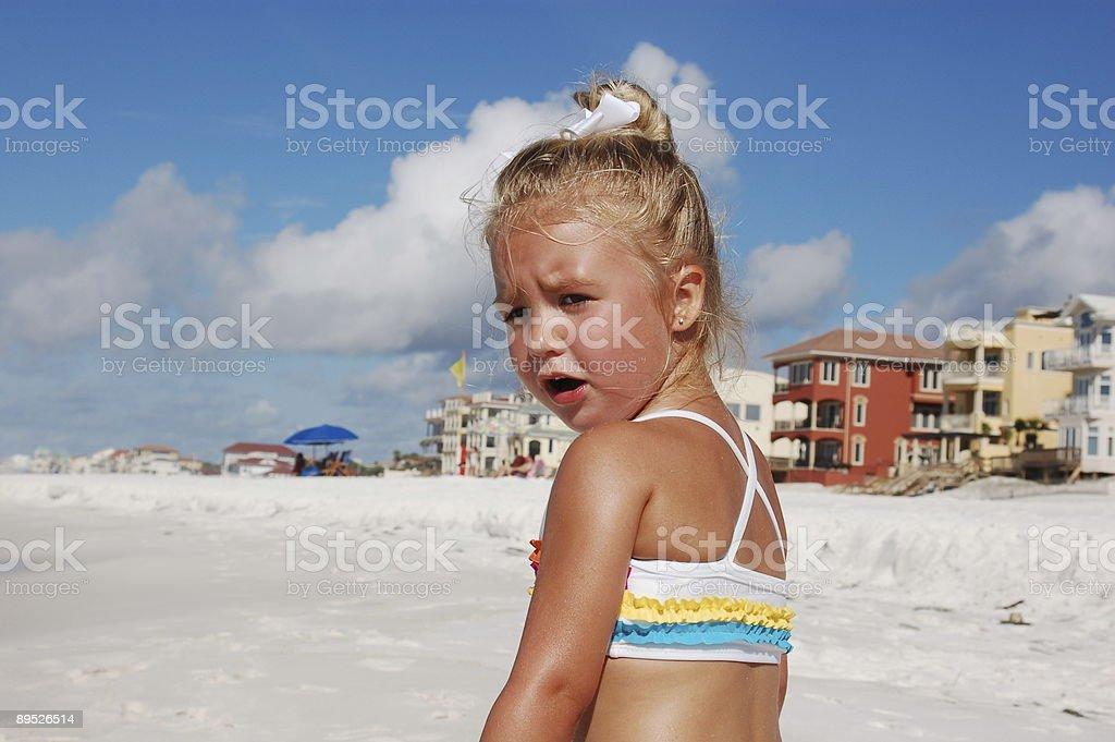 Petite fille sur la plage avec des maisons backrgound photo libre de droits