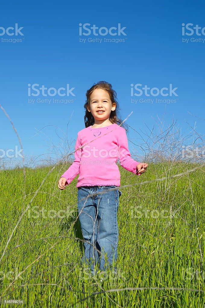 Niña en la ladera de la colina foto de stock libre de derechos