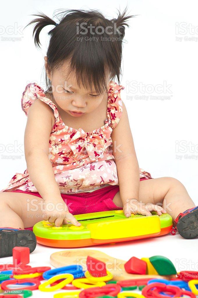 Dziewczynka gra z Zabawka na Izolat tle zbiór zdjęć royalty-free